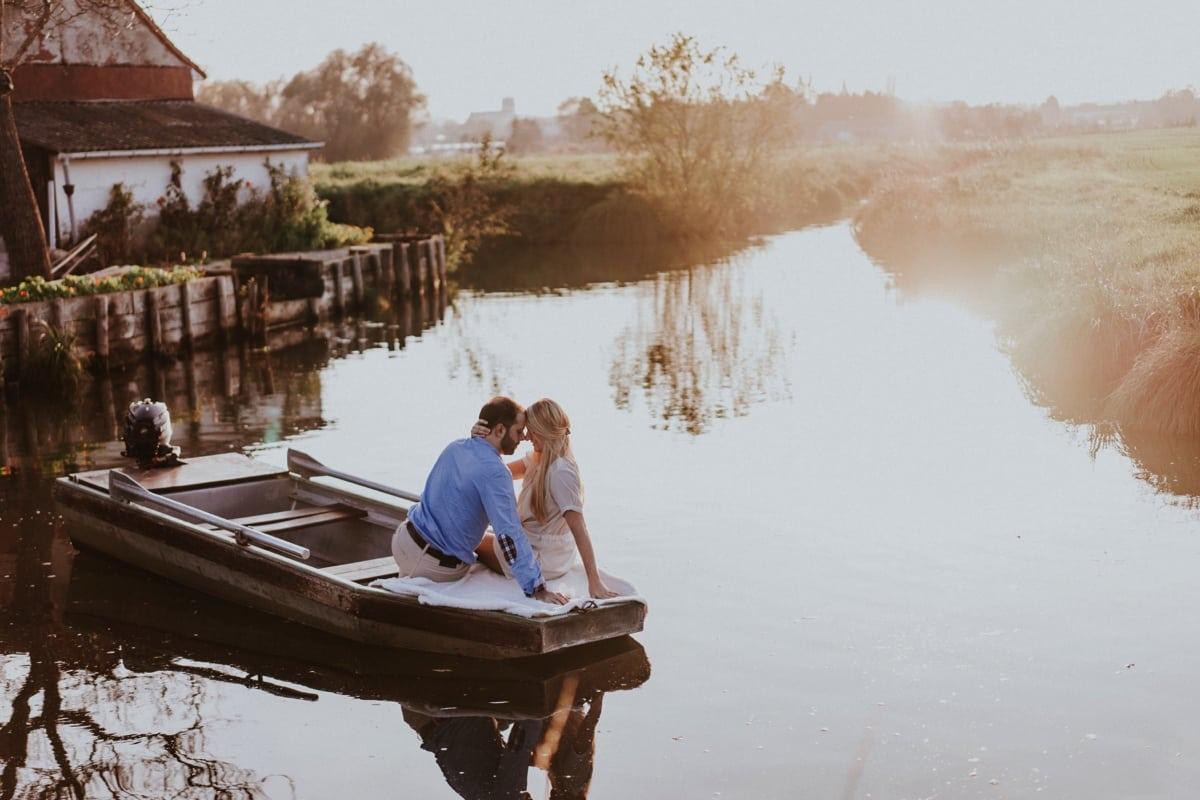 Photo de couple dans une barque