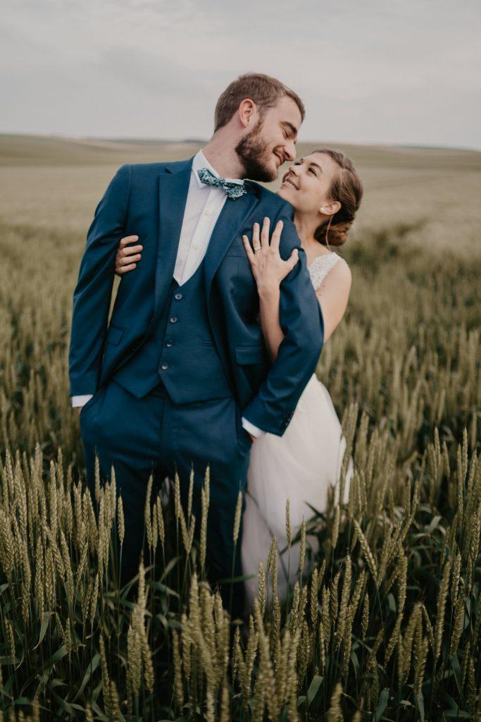 Séance de couple dans les champs de blé
